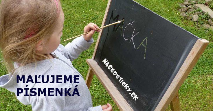 Maľovanie vodou na chodník či cestu je pre malé deti obrovská zábava. A ak sa pritom ešte naučia tvary písmeniek, tak je to úplne super :)