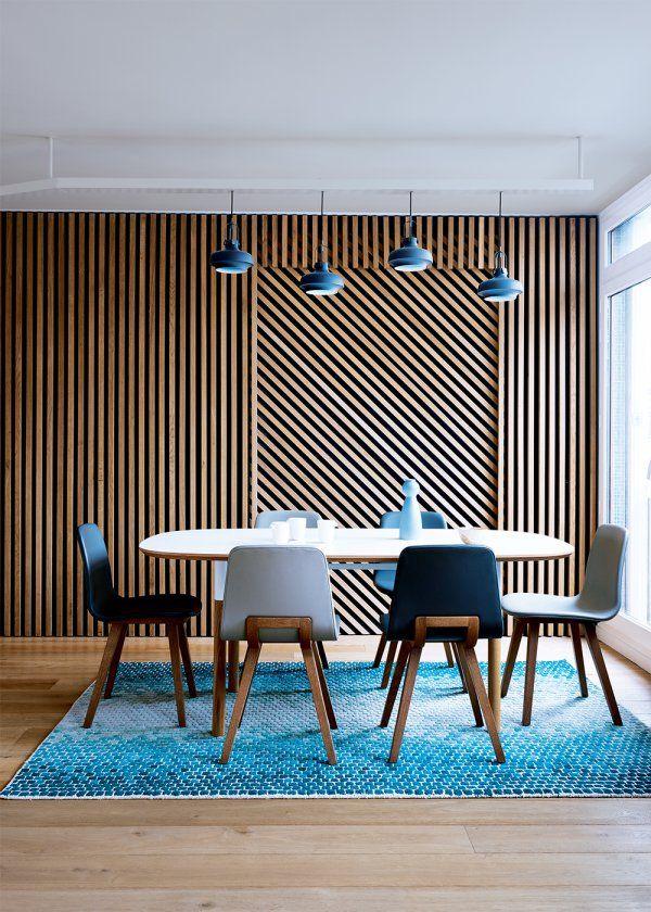 """<p style=""""text-align: justify;"""">À l'entrée de la cuisine, dont la porte a été supprimée pour gagner en espace, l'architecte Glenn Medioni a imagin&eacute..."""