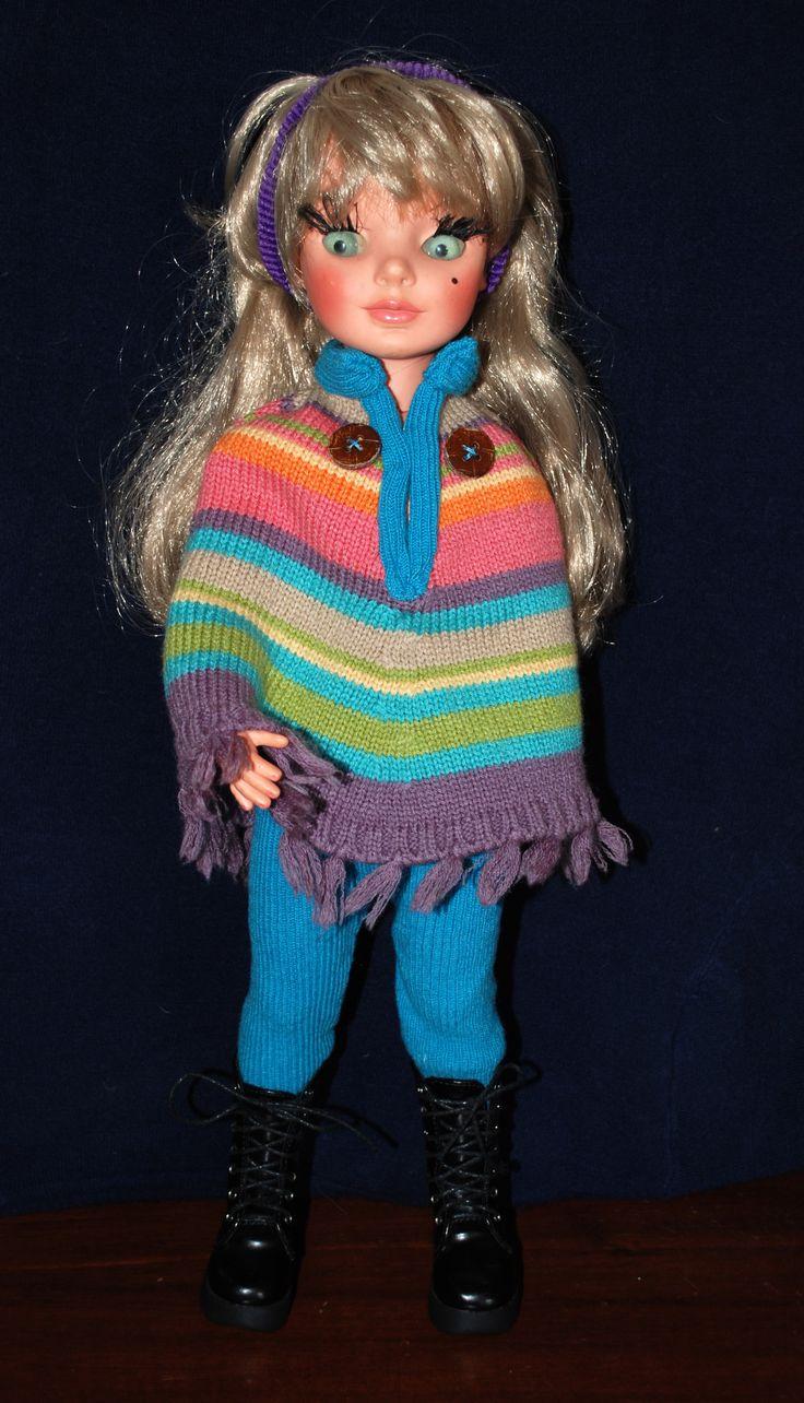 Simona con poncho multicolore