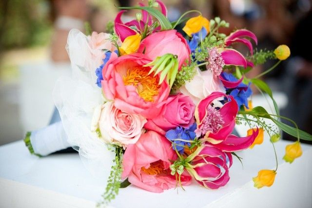 Modern roze boeket met pioenrozen, rozen en gloriosa's