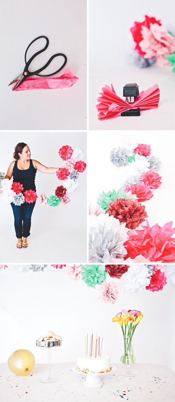 Uniendo varios pompones de papel de seda conseguirás una original guirnalda para decorar tu fiesta #manualidades #pompones
