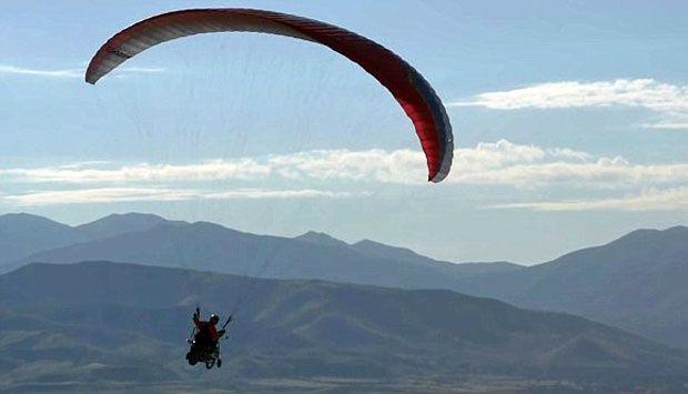 Aksi Nekat Paragliding dengan Motor Harley