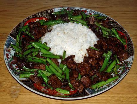 Gekruid Lamsvlees met sperziebonen en witte rijst. Een gerecht uit Ethiopië. Bereid door de Happy Chief Cook.