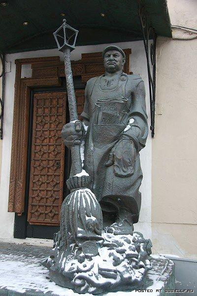 Памятник Лужкову-дворнику. Москва. Россия.