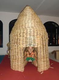 C'est drôle cette photo prise par le Centre Kapla de Lyon et qui maintenant voyage dans le monde entier!!!! La petite fille est grande maintenant et elle est très contente de sa cabane de Kapla!!!