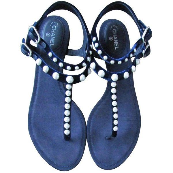 Pre-owned Chanel Velvet Flip Flops (£465) ❤ liked on Polyvore featuring shoes, sandals, flip flops, flats, navy, flats sandals, navy shoes, velvet sandals, navy flip flops and navy blue flat shoes