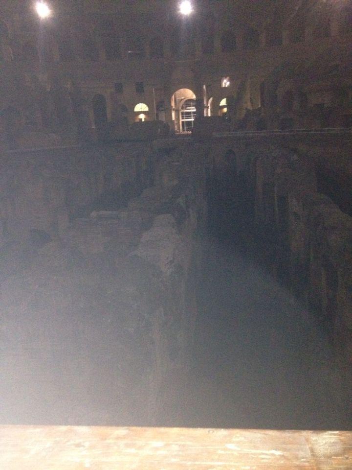 De gangen onder in het Colosseum waarin mensen en dieren rondliepen alsof het een doolhof was.