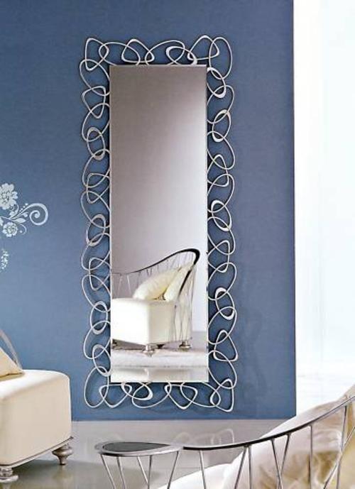 Un espejo largo por la pared frente a la cama.