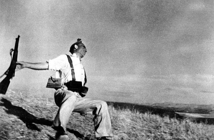 Un altro scatto immortale: «Il miliziano morente» di Robert Capa. La foto ritrae un soldato repubblicano colpito a morte. Fu ripresa dal bas...