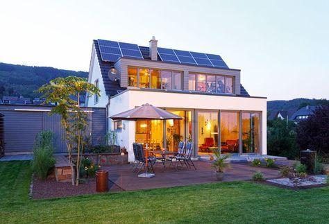 """Clever, weil mit Anbau – Einfamilienhaus """"Figgen"""" von Becker-Haus  Vor allem die Terrasse vor der großen Fensterfront ist toll!"""
