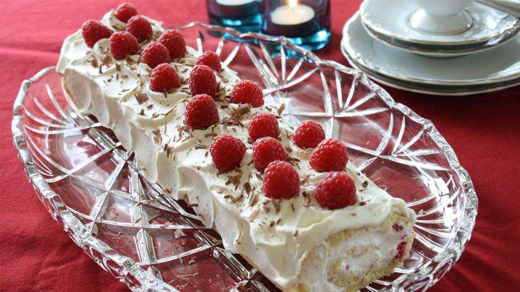 Farsdag, sa du? Ikke fortvil. Har du egg, sukker, mel og kremfløte er du ikke langt unna en lekker liten farsdagskake.   Denne rullekaken med krem er både rask og enkel å lage. Kommer det gjester om en liten halv time rekker du å lage denne først! Noen frykter det å rulle sammen en kake med krem.Alternativt kan du skjære den ferdige bunnen i tre like store deler og legge de sammen til en avlang bløtkake med to lag krem.   Det er ingen sak å lage denne kakebunnen. For best resultat, bruk…