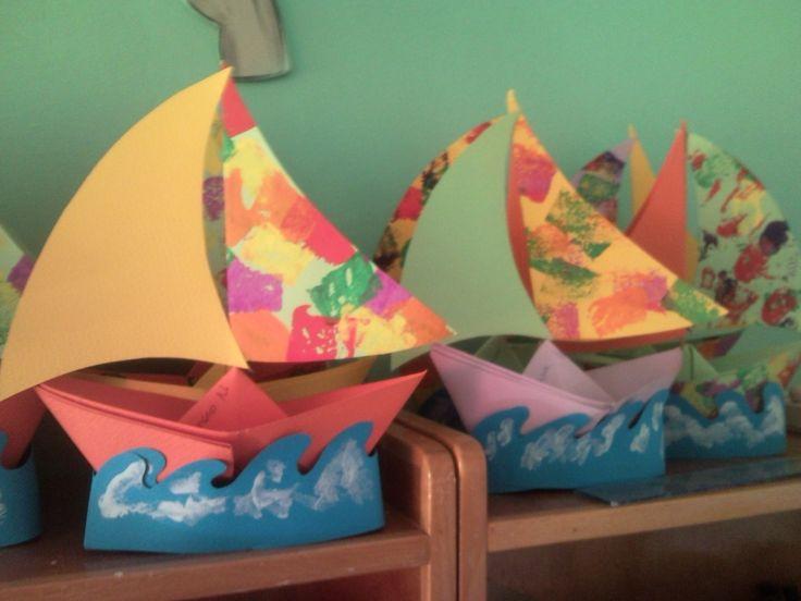 Barquitos de papel. Formarán en primer lugar un barco con un folio de color con nuestra ayuda, posteriormente recortarán el mar´y lo pintarán, también recortarán las velas y las adornarán con pintura de colores. Finalmente pegarán cada parte donde corresponde.