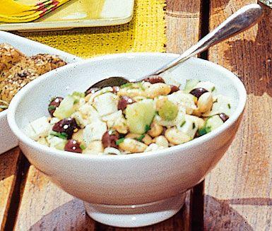 Snabb- och lättlagat tillbehör med vita bönor, rödlök och svarta oliver. Över detta ringlas en fascinerande fetadressing som sätter guldkant på salladen.