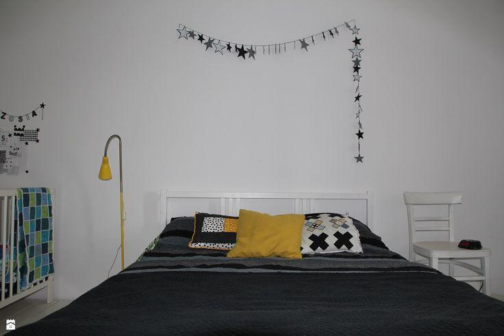 Sypialnia po zmianach. - zdjęcie od Agnieszka Kijowska - Sypialnia - Styl Skandynawski - Agnieszka Kijowska, black & white, scandinavian design, bedroom, stars, diy