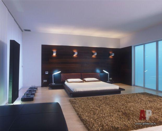 Дизайн интерьера пентхауса в минимализме с бассейном | Спальня хозяев размещена на втором уровне. Стена за кроватью облицована венге, за раздвижными дверями расположена гардеробная. Кровать фабрики Molteni&C.