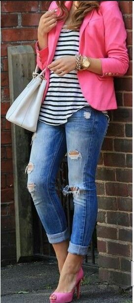 Calça jeans rasgada + camiseta listrada + blazer rosa