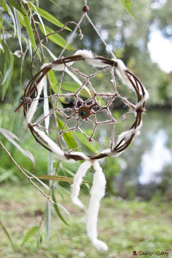 Effouaille-diabes (équivalent de lattrape-rêves en langue picarde) réalisés avec des matériaux naturels : le bois de clématite et laine biologique
