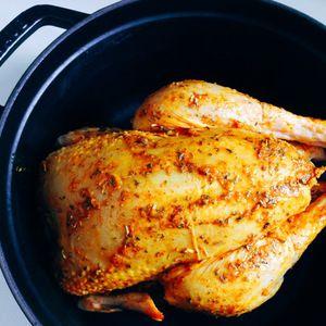 Staub鍋でまるごとローストチキン by Atsuさん | レシピブログ - 料理ブログのレシピ満載! パーティーにど〜んと出したい憧れの鶏の丸焼き。いろいろなレシピを試してみましたが、蓋をしたココット鍋を鍋ごとオーブンに入れ、蒸し焼きにするこのレシピが一番のお気に入り。丸鶏をひっくり返す手間いらずで簡...