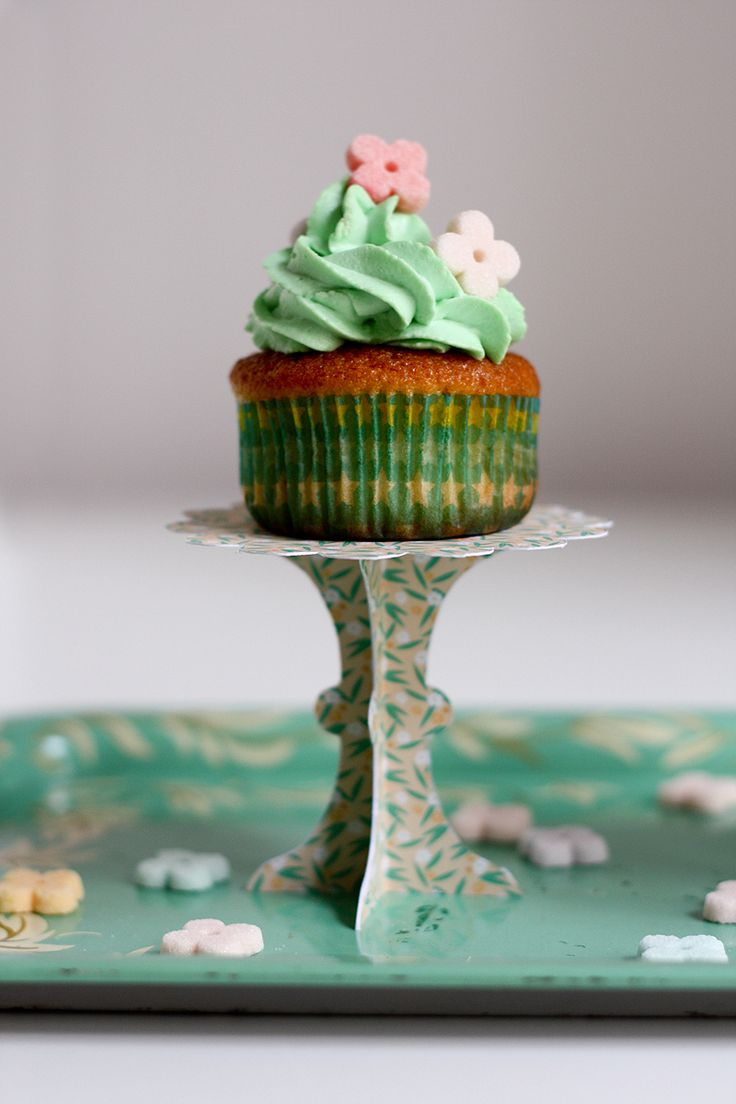 DIY - Cupcake Stand (in French) via Morning by Foley