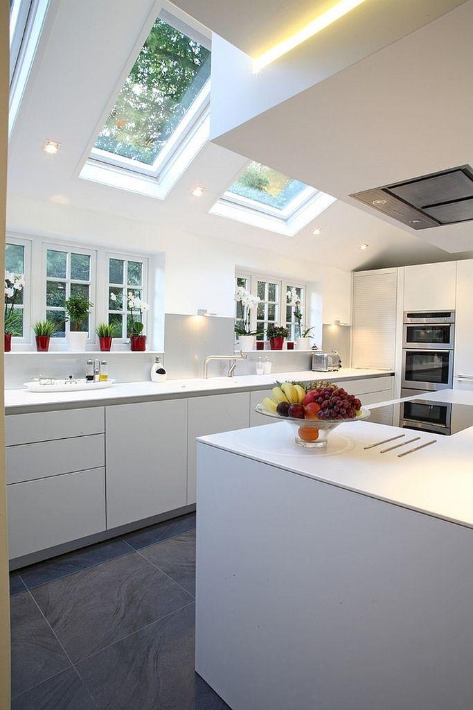 В данном интерьере световые окна являются архитектурным элементом украшающим не только кухню, но и дом в целом. .