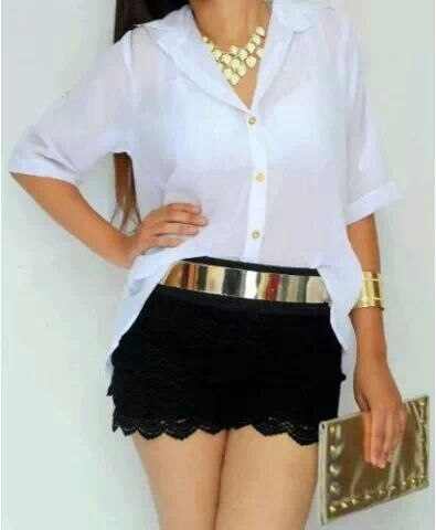 composiçao basica e elegante saia preta de rendinha blusa branca de botao e acessorios dourados