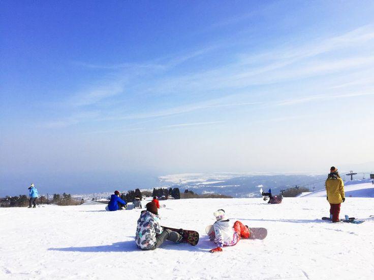 函館山スキー場のゲレンデから見える景色と青空