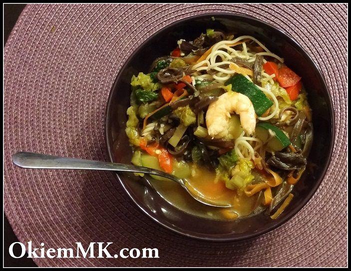 Zupa w chińskim stylu z krewetkami i rosołem na ich pancerzykach
