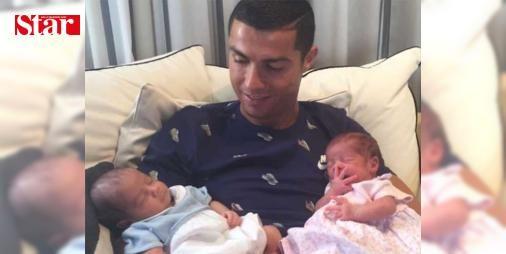 Real Madrid'in yıldızı Cristiano Ronaldo ikiz çocuk babası oldu: Cristiano Jr isimli bir oğlu olan Cristiano Ronaldo, 2. kez baba oldu. Portekizli yıldız, 2010'de olduğu gibi #yine taşıyıcı #Annelik yöntemiyle bir kez daha babalık sevinci yaşadı.  Oğullarının doğum haberini Rusya'da düzenlenen ve Şili ile oynanan FIFA Konfederasyonlar Kupası yarı final maçı öncesi alan Ronaldo, bebeklerini görmek için Amerika'ya gitti.  3.'lük maçında oynamayacak olan Ronaldo, ikizleriyle çekildiği fotoğrafı…