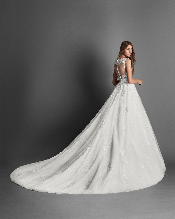 2018 Alma Novia Collection RITMO Princess-style lace and tulle wedding dress with sweetheart neckline and low back with beadwork detail. 2018 Alma Novia Collection.
