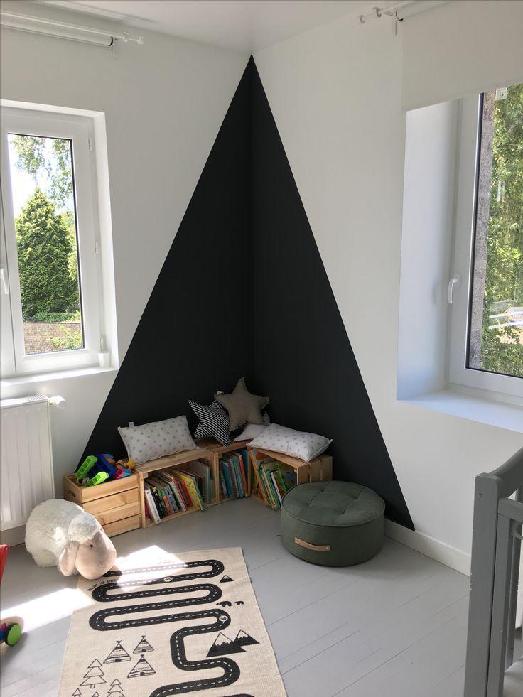 Chambre enfant, coin lecture, triangle au mur, peinture noire, passion livres, espace détente pour petits, déco facile. #chambre #chambreenfant #deco #decoration #triangle #triangleaumur #peinturenoire – Élise Lgs