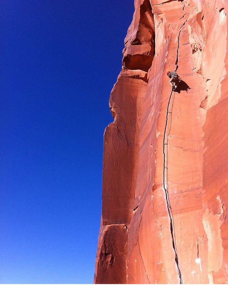 What a crack!!! Neil climbing 'Scarface' 5.11 in Indian Creek Utah. Photo by @sigveelstad by doyouclimb
