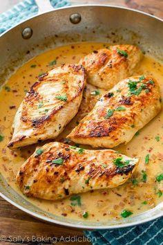 Pollo al sartén con salsa cremosa de lima y cilantro