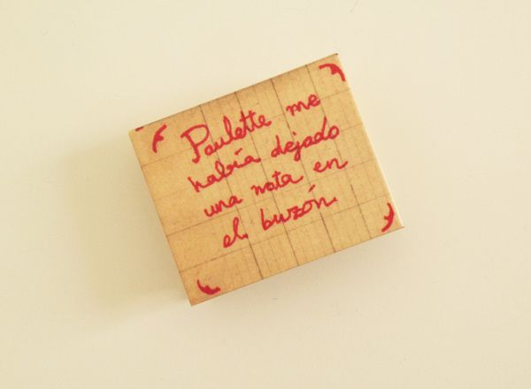 Paulette me había dejado una nota en el buzón is not the tiniest illustrated book in the world but is 4 per 3 centimeters. Not bad!  Se ha ido ya mamá is the author of both texts and images.