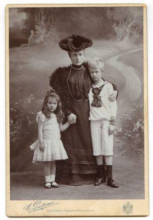 Karolina Lanckorońska z matką i bratem