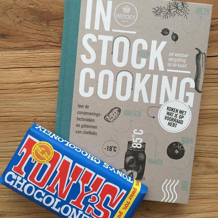 Omdat het lief op fietsweek is -en ik er de hele week alleen voorsta met een dochter die veel te vroeg wakker is- verwen ik mezelf met een kadootje. Een nieuw kookboek met tips tegen voedselverspilling. En oh ja, chocolade 😄. #verwennen #metime #instockcooking #tonyschocolonely #chocolade #kookboek