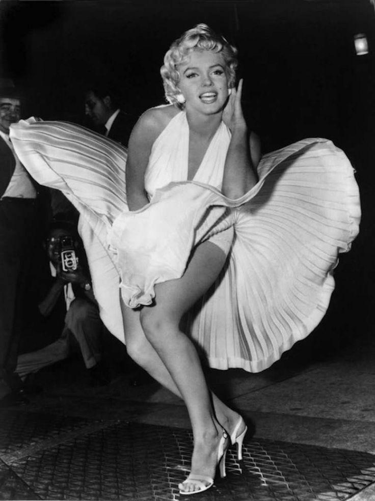 """Η Marilyn Monroe στον εξαερισμό του Νεοϋορκέζικου υπογείου. Η φωτογραφία που τραβήχτηκε κατά τα γυρίσματα του """"Εφτά χρόνια φαγούρα"""" εξαγρίωσε τον τότε σύζυγο της Monroe, Joe DiMaggio, και το ζευγάρι χώρισε σύντομα μετά την δημοσίευση της."""