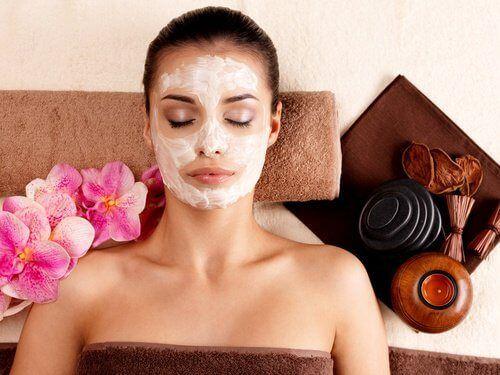 Dans la suite de cet article, nous allons partager avec vous la recette d'un masque 100% naturel qui va vous permettre de réparer votre peau.