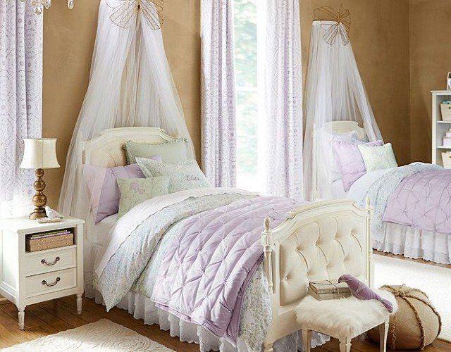 deux lits blancs avec tête de lit capitonnée, ciel transparent et tabouret fourrure blanc