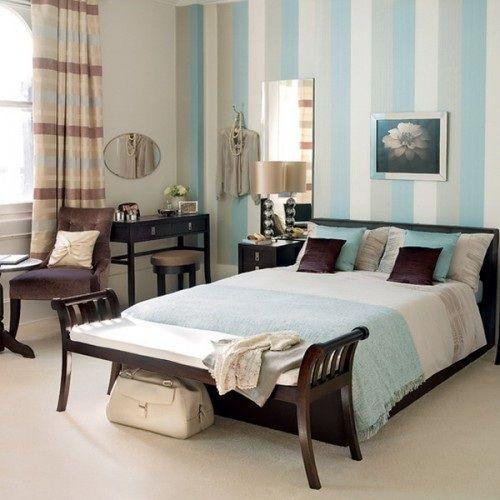 Una opción que puedes considerar para decorar las paredes de tu dormitorio es a través de pintura o papel tapiz rayado. Esto te permite crear interés visual ya sea en una o en varias zonas de la h…