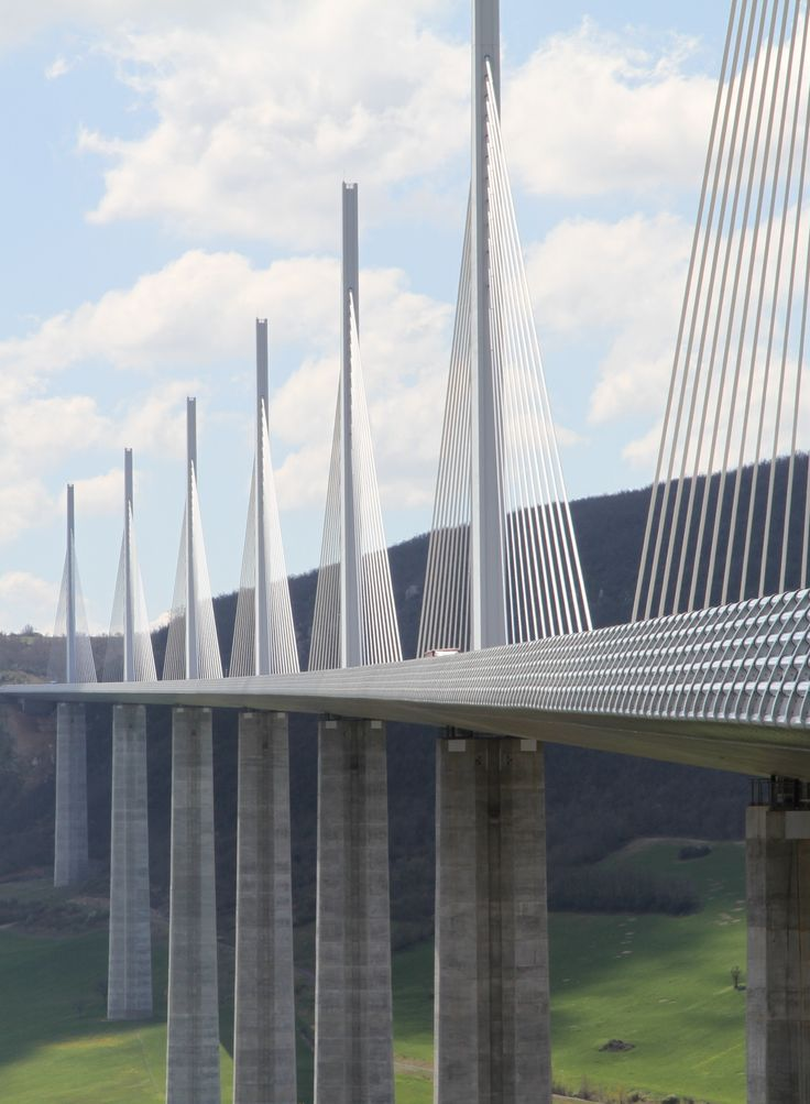 Le #viaduc de #Millau, salué comme un des ouvrages architecturaux majeurs du XXIème siècle.  #France #pont #bridge #viaduct #modern #contemporary #architecture #monument #tourism #mustsee #amazingview ##visitingFrance #Aveyron