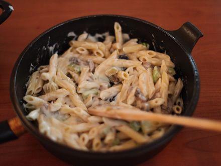 Paste cu legume la cuptor - Amestecam pastele cu legumele si sosul