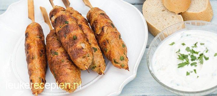 Heerlijke gekruide spies van kipgehakt voor op de barbecue geserveerd met een yoghurt knoflooksaus