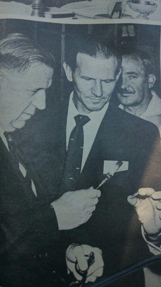 Die eerste R1-stuk word op die 3 de Desember 1964 deur dr.Dönges geslaan nybdie Munt in Pretoria. Hoer ondersoek hy die munt.