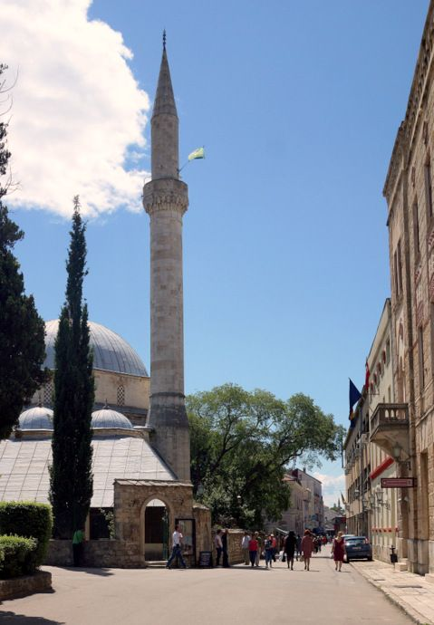 Meczet Karadoz-begova dźanija widziany od strony ul. Braće Fejica.
