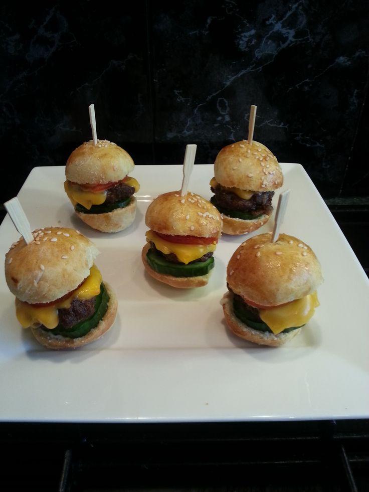 Heerlijke mini gyros-hamburgerbroodjes uit de Airfryer. Het recept beschrijft hoe je zelf de broodjes en de hamburgers kunt maken.  Recept: http://www.airfryerweb.nl/recepten/mini-gyros-hamburgerbroodjes/  Dit recept is ingestuurd door Ejvd, bedankt!