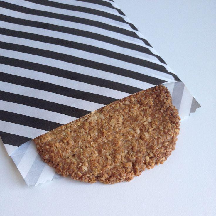 Kletskoppen heten in het Engels lace cookies. Wist ik niet, tot ik het recept voor deze heerlijke dunne krokante koekjes tegenkwam. Wat heerlijk, lijkt veel op de kletskoppen uit de winkel, maar dan vegan en op basis van havermout en kokos.