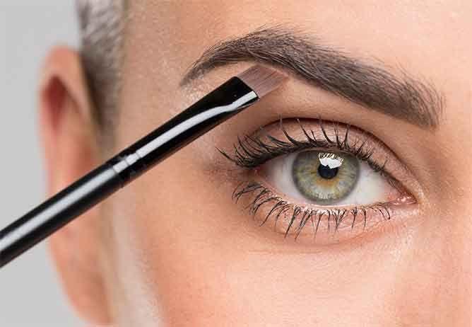 Volle Augenbrauen schminken Step 1 : Untere Brauenkontur mit Brauengel und schrägem Pinsel nachzeichnen