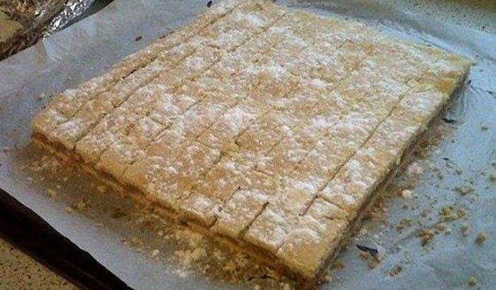 Jablečný koláček našich babiček Klasický recept na jablečný koláč od našich babiček. 600 gpolohrubá mouka 200 gmoučkový cukr 1 bal.prášek do pečiva 2 ksžloutky 2 lžícezakysaná smetana 120 gtuk nebo máslo Nádivka: 2,5 kgjablka 2 bal.vanilkový cukr 1 lžičkyskořice 100 gkr. cukr 4 ksbílky Dále budeme potřebovat: moučkový cukr na posypání
