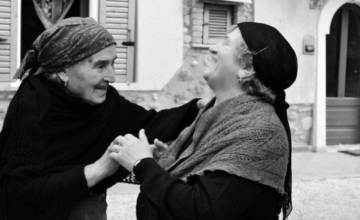 signore anziane ridono