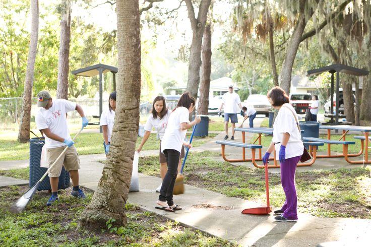 Organizează acțiuni de curațenie în parcuri sau spații publice verzi.